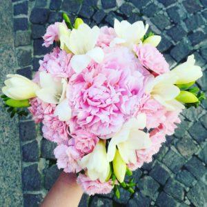 Bouquet con peonia, fresie e garofani