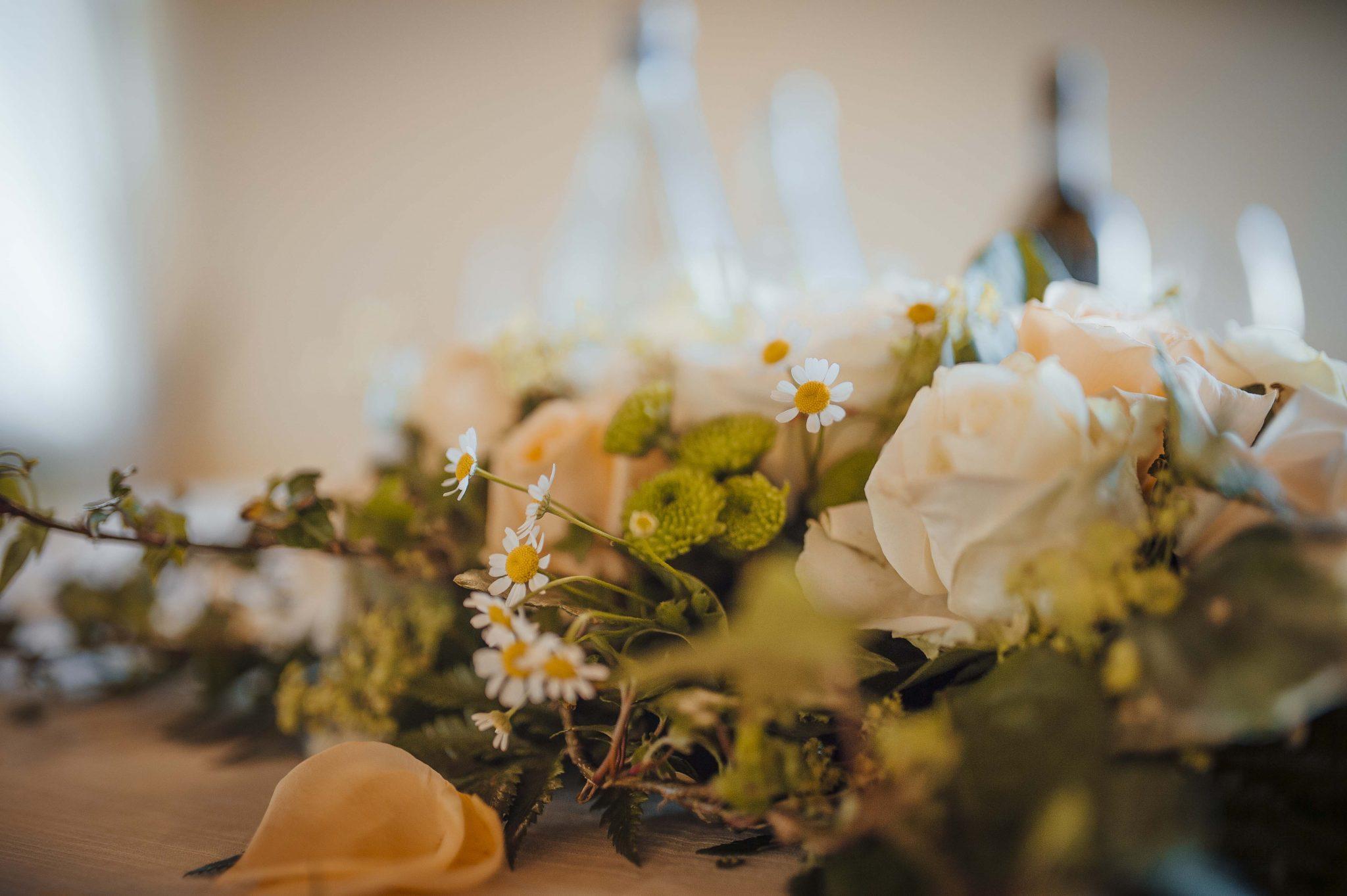 allestimento con rose e fiori di camomilla