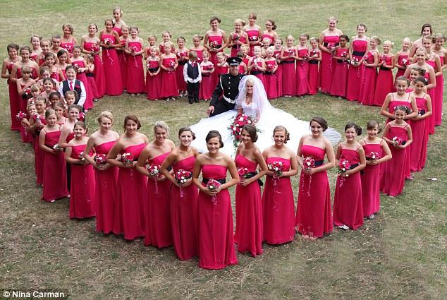 Sposa con 80 damigelle