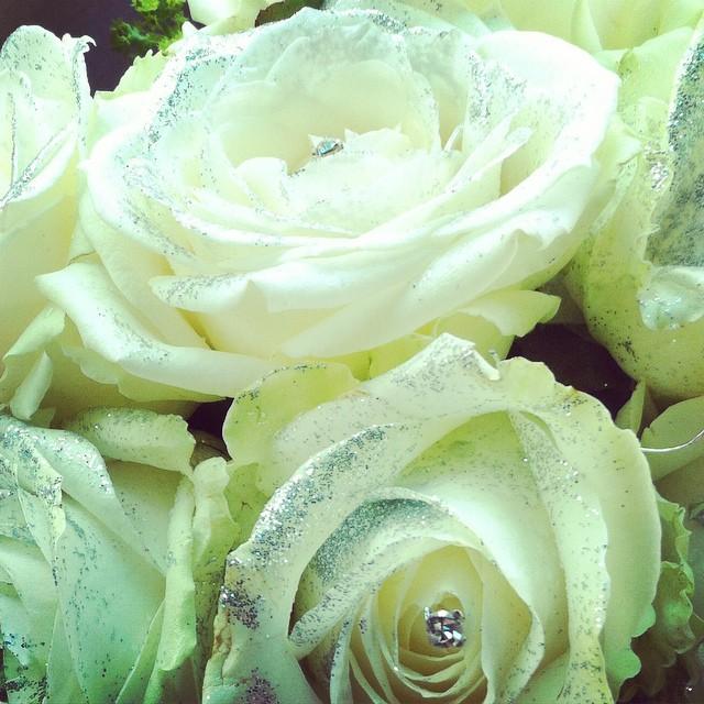 dettaglio bouquet rose bianche con strass e porporina