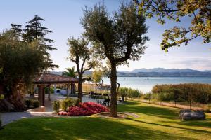 Giardino e gazebo sul Lago di Garda