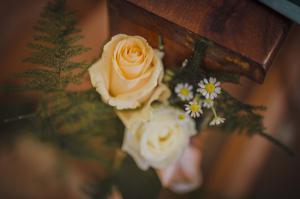Allestimehi chiesa rose e fiori di camomillanto Ban