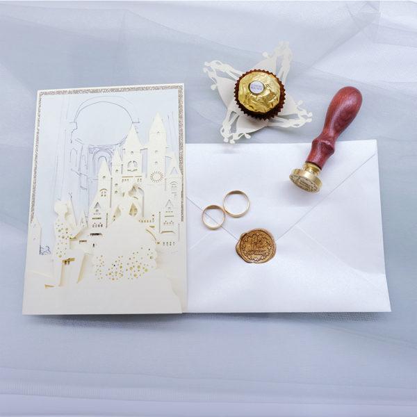 Invito nozze rettangolare a libro stile fiabesco con coppia di sposi.