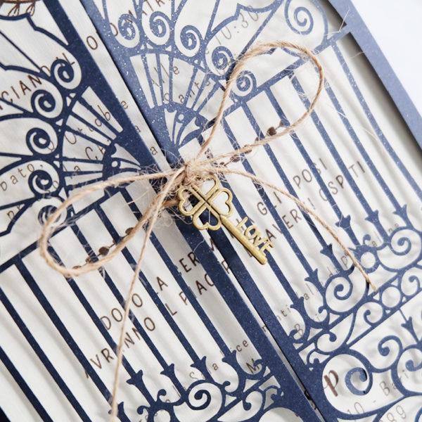 invito con copertina lasercut tema porta e cancello