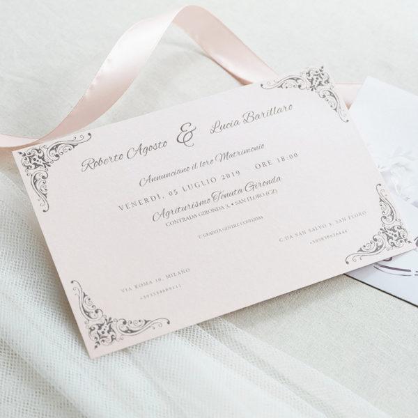 invito con copertina orizzontale lasercut con sccritta MR & MRS e sposi