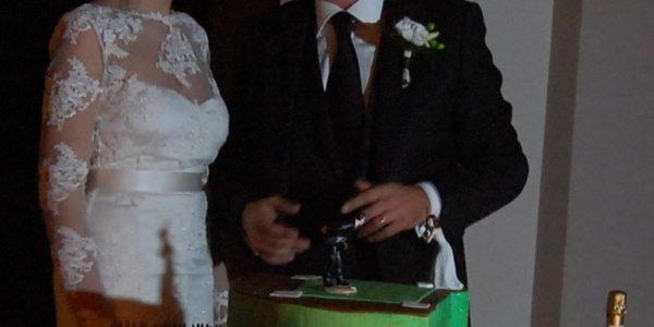 sposi con torta tema baseball
