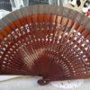 ventaglio in legno intagliato e tessuto marrone