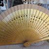 ventaglio in legno intagliato e tessuto oro