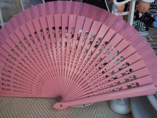 ventaglio in legno intagliato e tessuto rosa