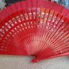 ventaglio in legno intagliato e tessuto rosso