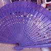 ventaglio in legno intagliato e tessuto viola